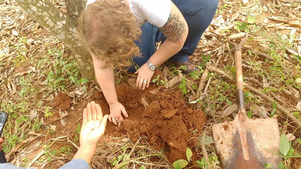 Marie Bartz localizando minhocas
